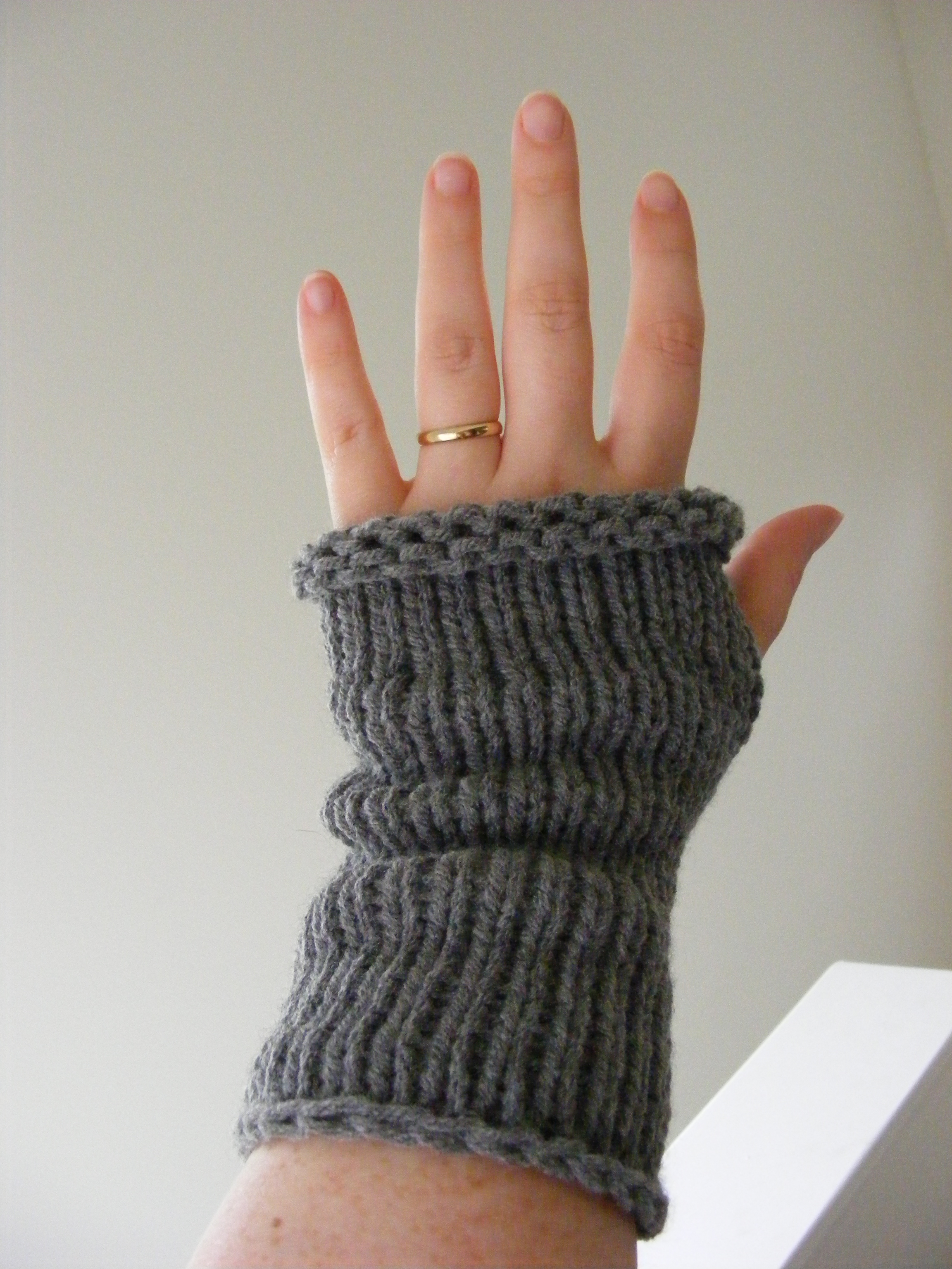 Knitted Hand Warmers Free Patterns : Wrist Warmer Knit Pattern Patterns Gallery